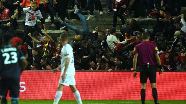 Amiens - Lille maçında tribün çöktü