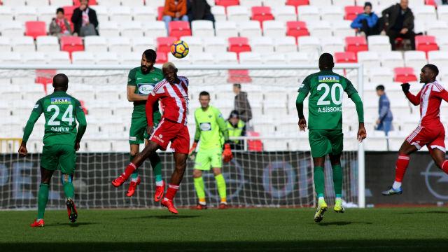 Sivasspor 10 kişilik Akhisarspor'u deviremedi