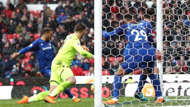 Cenk durmuyor, Everton kazanıyor!