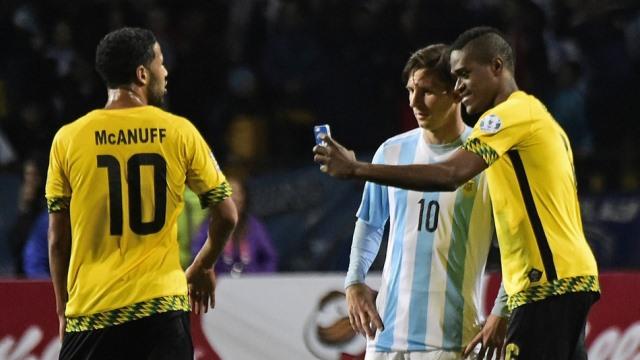 Maç bitti, Messi ile selfie yarışı başladı!