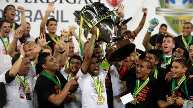 Andre Santos kupayı kaldırdı