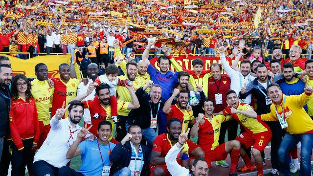 İzmir derbisinde gülen Göztepe