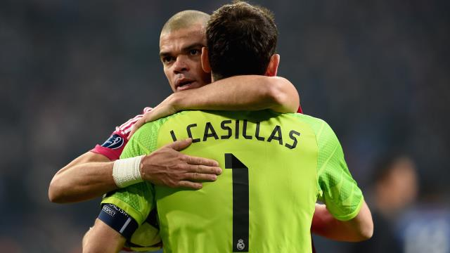 Casillas Van der Sar'ın ensesinde