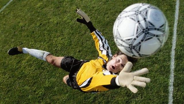 как ловить мяч футбол