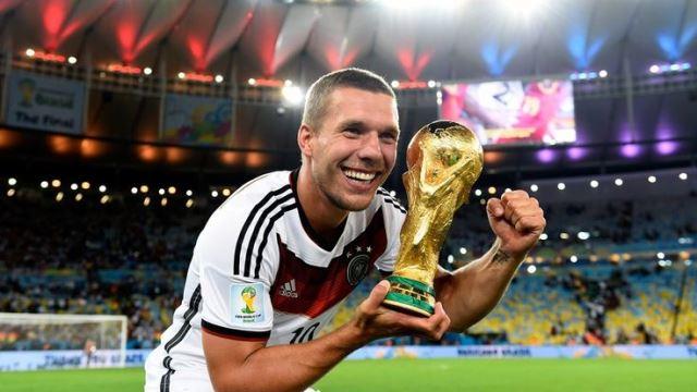 Lukas Podolski veda etti!