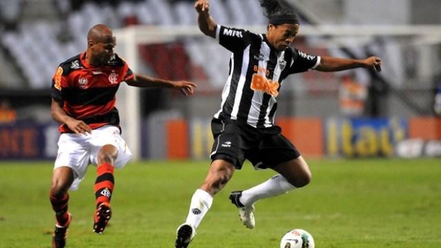 Ronaldinho'ya Islık Yağmuru!