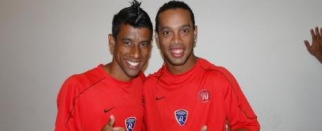 Ve Ronaldinho İmzaladı!