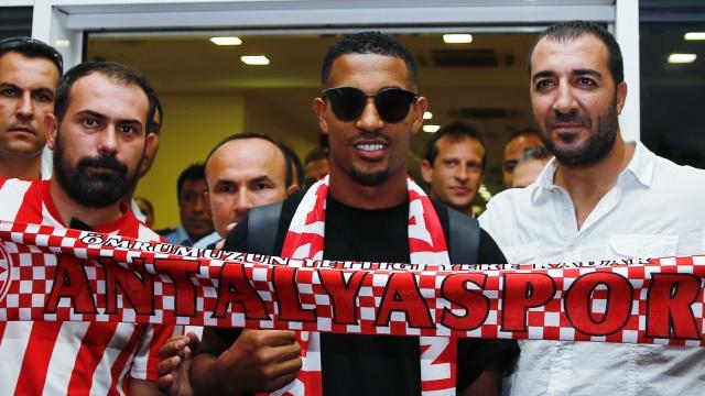Antalyaspor'un yeni yıldızı imzayı attı